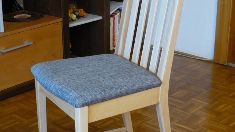 Klasická čalúnená stolička