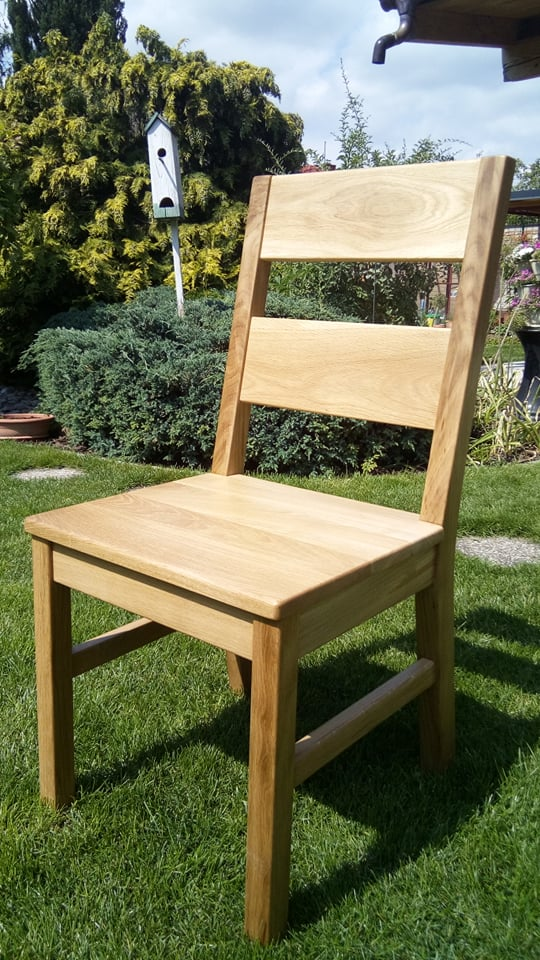 Drevená stolička z masívneho dreva